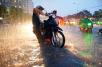 Cần lưu ý những gì để chạy xe máy an toàn trong mùa mưa?