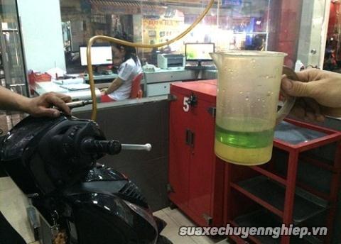 Xe máy không nổ do xăng pha nước và cách khắc phục - 1
