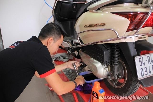 Nhận biết nhớt giả để bảo vệ động cơ xe máy  - 1