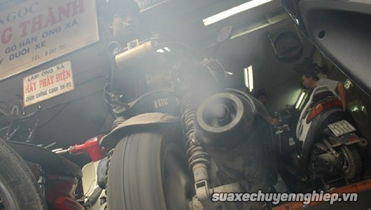 Xe máy xả khói ra màu vì lý do gì - 1