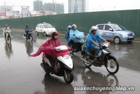 Phanh thắng xe máy trên đường mưa trơn trượt sao cho an toàn - 2