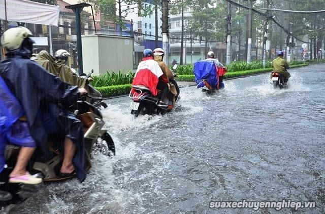 Vì sao xe tay ga nổ máy nhưng không chạy sau khi bị ngập nước - 2