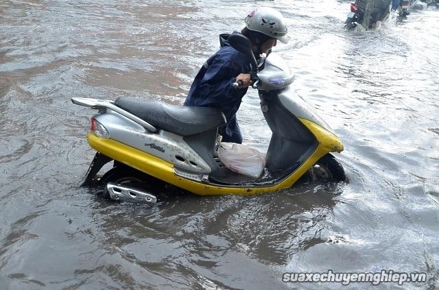 Vì sao xe tay ga nổ máy nhưng không chạy sau khi bị ngập nước  - 1