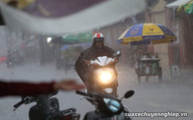 Cần lưu ý những gì để chạy xe máy an toàn trong mùa mưa - 4