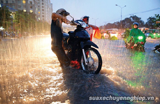 Cần lưu ý những gì để chạy xe máy an toàn trong mùa mưa - 1