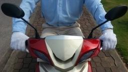 Phanh (thắng) xe máy trên đường mưa trơn trượt sao cho an toàn