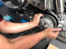 Xe tay ga bị giật khi tăng tốc phải làm sao?